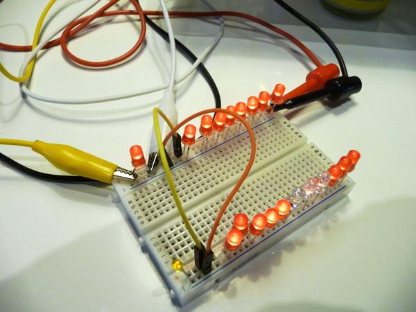 Des LEDs sur une plaque d'essai.