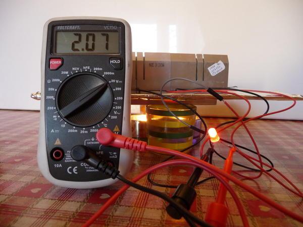 Un voltmètre affichant 1,87 volts.